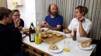 Am Tisch werden Pizzabrötchen gegessen