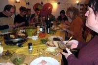 Mitarbeiter an einem Tisch mit Raclette