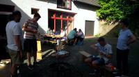 Grill vor Tischen im Pfarrhof