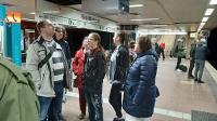 Verschiedene Personen stehen auf dem Bahnsteig