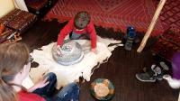 Junge dreht Handmühle